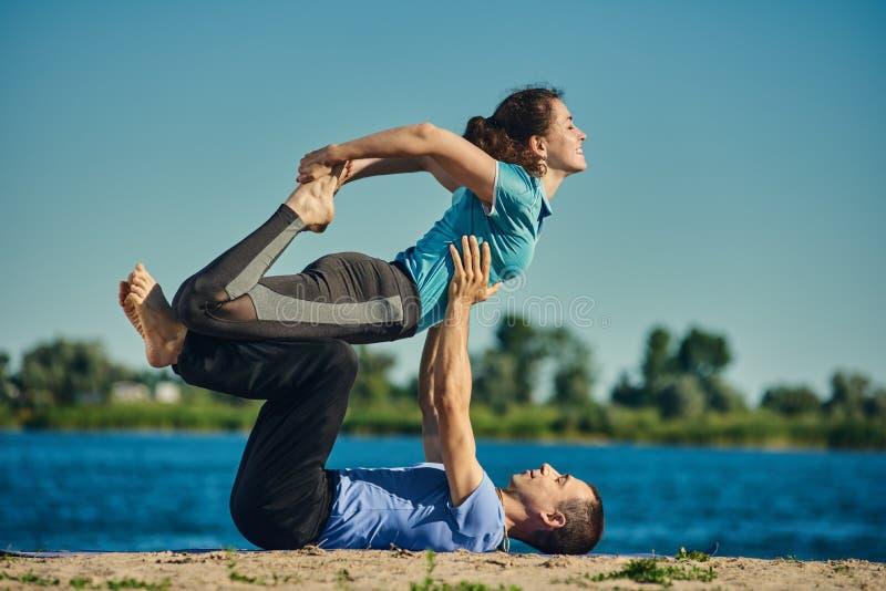 Yogaflexibiliteit opleiding royalty-vrije stock afbeeldingen