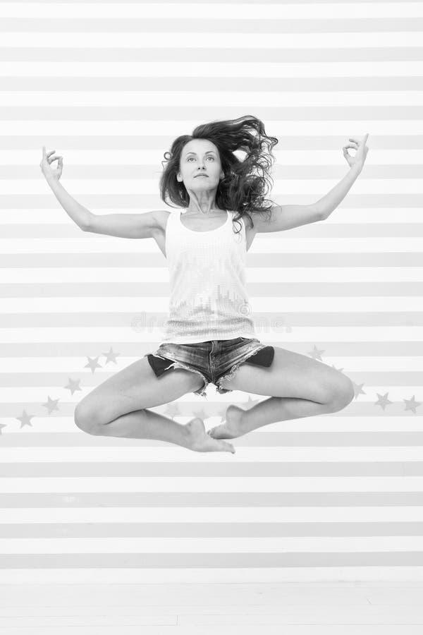 Yogaflicka i harmoni flickan hoppar i yogameditation Harmoni och fred Jag gillar meditation Kropp och mening Kvinna fotografering för bildbyråer