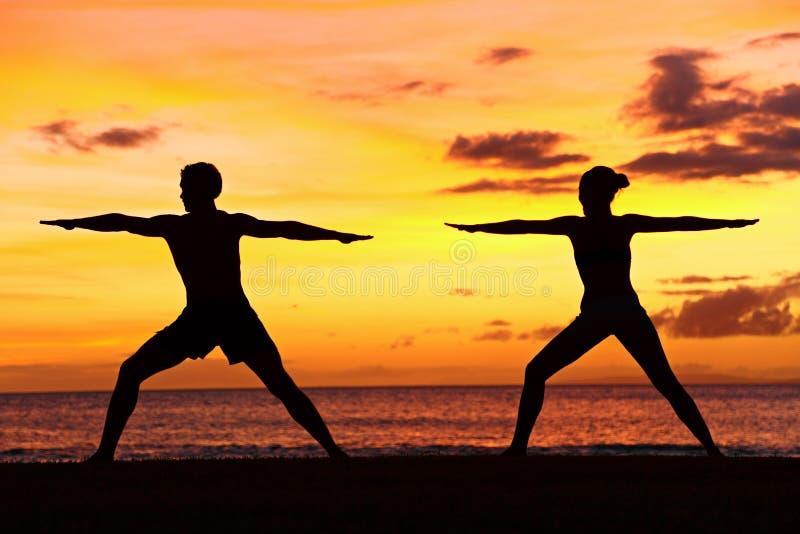 Yogafolket som utbildar och mediterar krigaren, poserar royaltyfria bilder