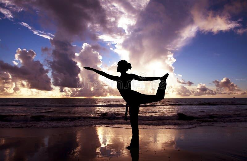 Yogafrau auf dem Strand stockbilder