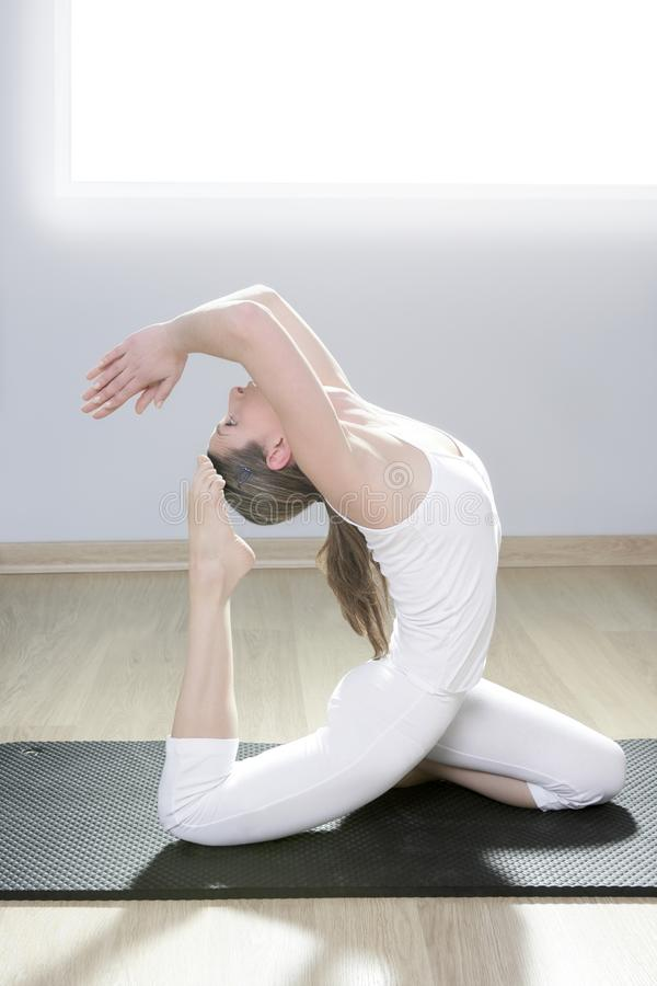 Yogafrauen-Eignungmädchen in der weißen Meditation an der Gymnastik lizenzfreie stockfotos