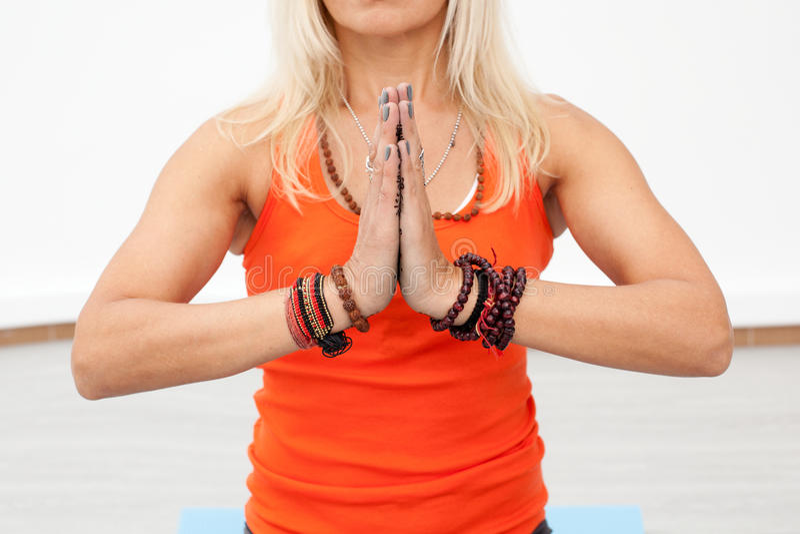 Yogagenomkörare Slutet upp kvinnans händer med sammanfogat gömma i handflatan arkivbilder