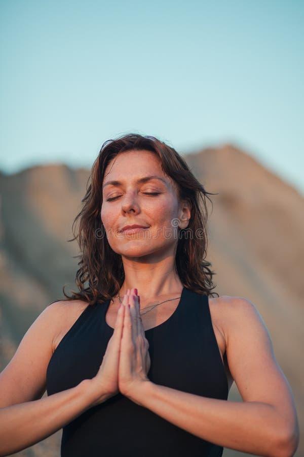Yogagrupp utomhus royaltyfri fotografi