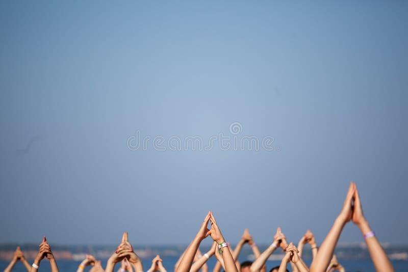 Yogahände gegen den Himmel stockbild