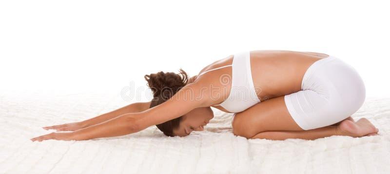 Yogahaltungsfrau, die Übung durchführt lizenzfreie stockbilder