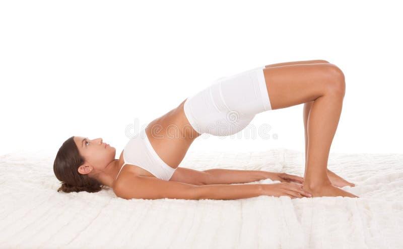Yogahaltungsfrau im Sport kleidet das Handeln von Übung stockbilder