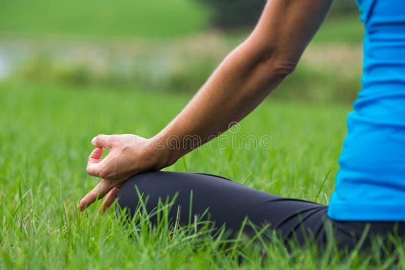 Yogahanden poserar den utomhus- närbildkvinnlign royaltyfri fotografi