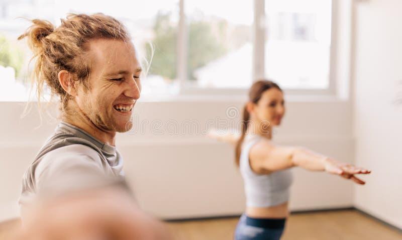 Yogainstructeur en student stock foto