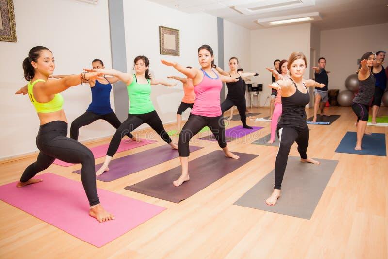 Yogainstructeur tijdens klasse royalty-vrije stock foto's