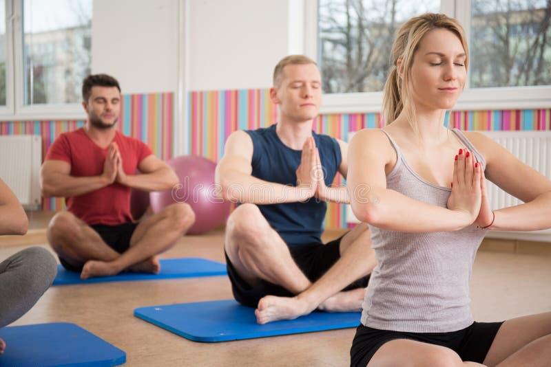 Yogaklasse stock afbeeldingen