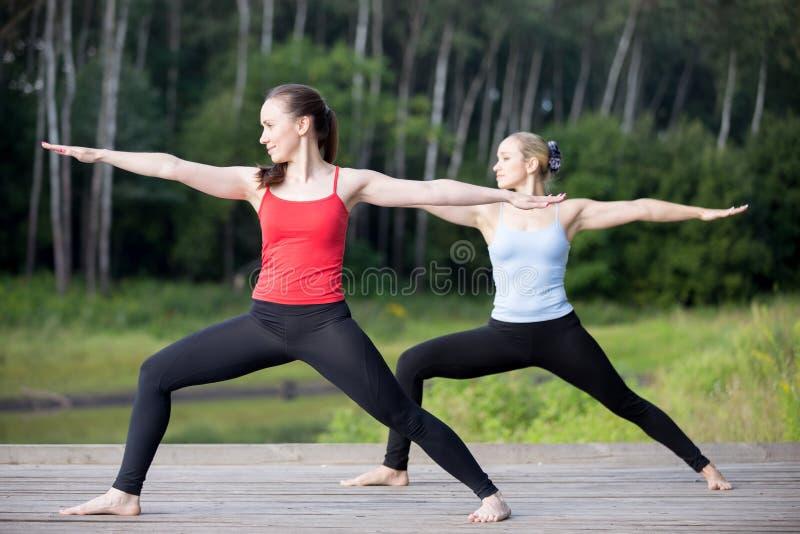 Yogaklasse: Haltung Virabhadrasana 2 lizenzfreies stockbild