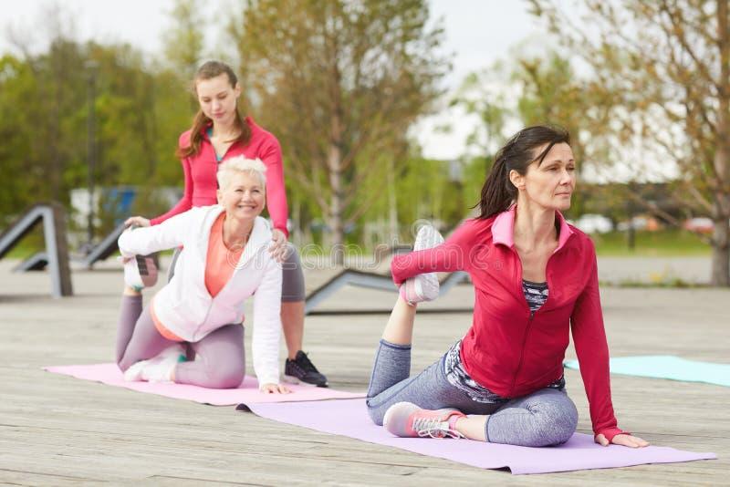 Yogaklasse in openlucht royalty-vrije stock afbeeldingen