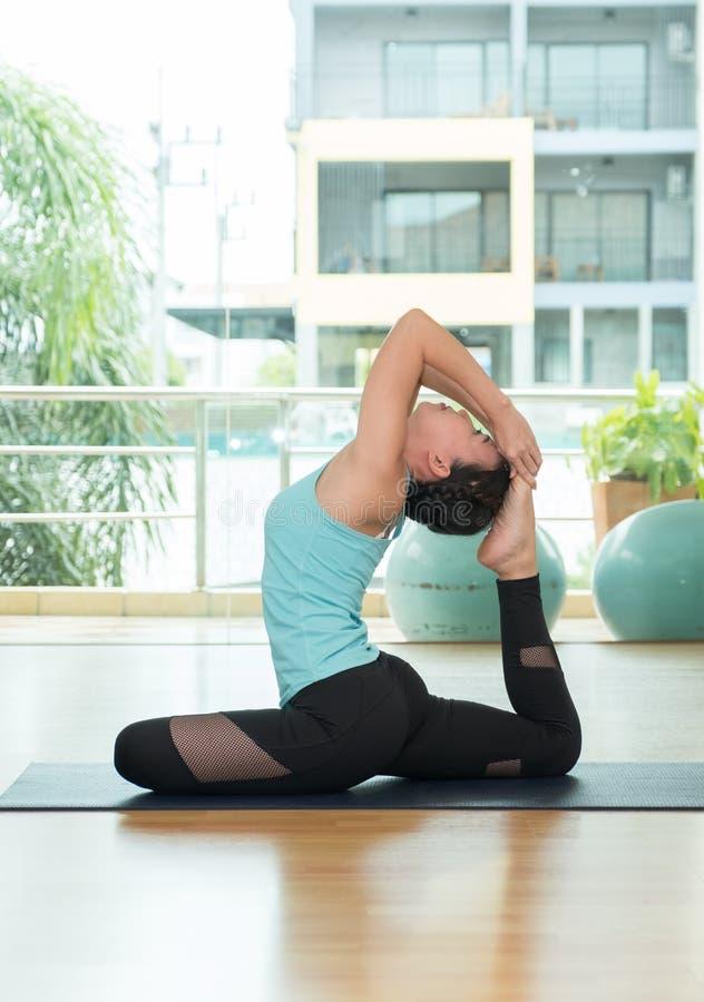Yogaklassenstudio, Vorlagenhandelnhaltung der asiatischen Frau, Healthly lifesty lizenzfreies stockbild