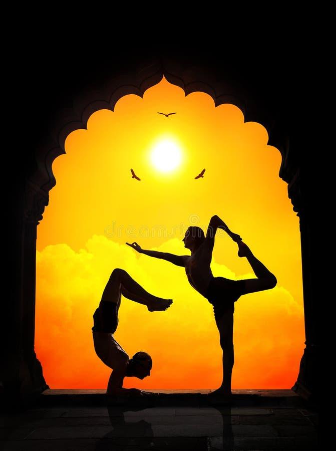Yogakonturer i tempel fotografering för bildbyråer
