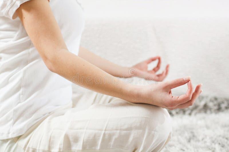 Yogakvinna som mediterar avslappnande sund livsstil royaltyfri foto