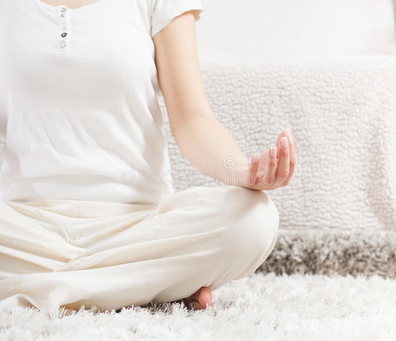 Yogakvinna som mediterar avslappnande sund livsstil royaltyfria foton