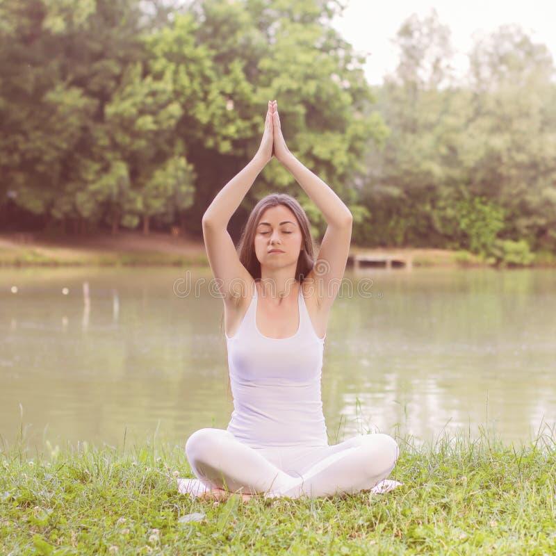 Yogakvinna som mediterar avslappnande sund livsstil fotografering för bildbyråer