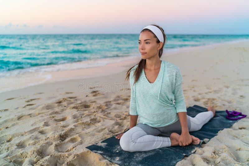Yogakvinnan som sträcker benet med duvan, poserar elasticitet arkivfoton