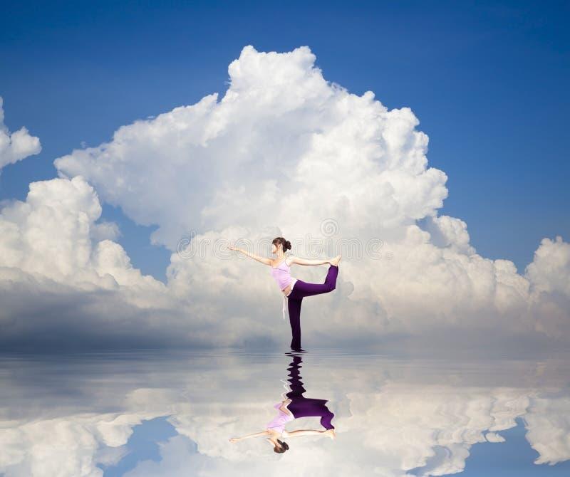 Yogamädchen auf dem Wasser lizenzfreie stockfotografie