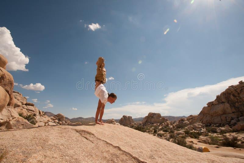 Yogaman i Joshua Tree Desert fotografering för bildbyråer