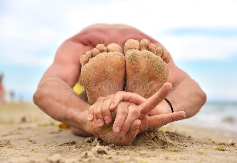 Yogamann, der Friedenssymbol zeigt lizenzfreies stockbild