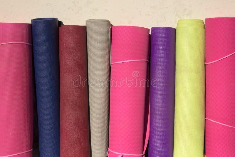 Yogamats av olika färger royaltyfri bild