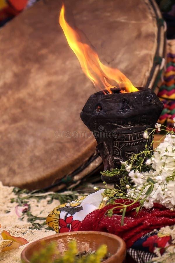 YOGAmeditatie OP het STRAND met brand en kopal stock afbeelding