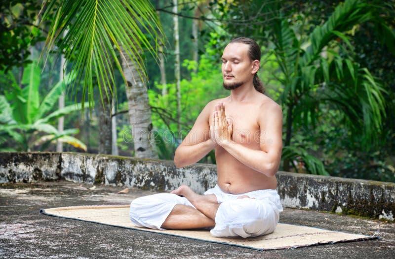 Yogameditation i Indien royaltyfri bild