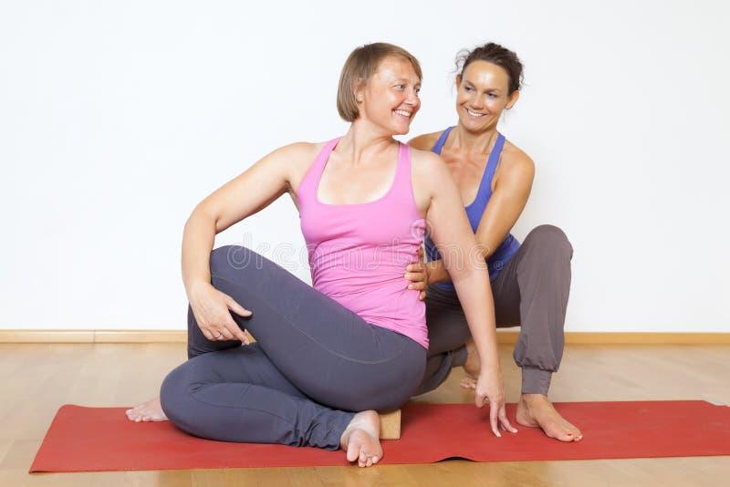Yogaoefening royalty-vrije stock afbeeldingen