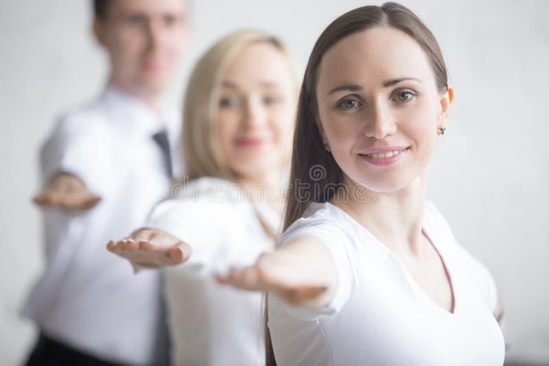 Yogapraxis im Büro lizenzfreies stockfoto