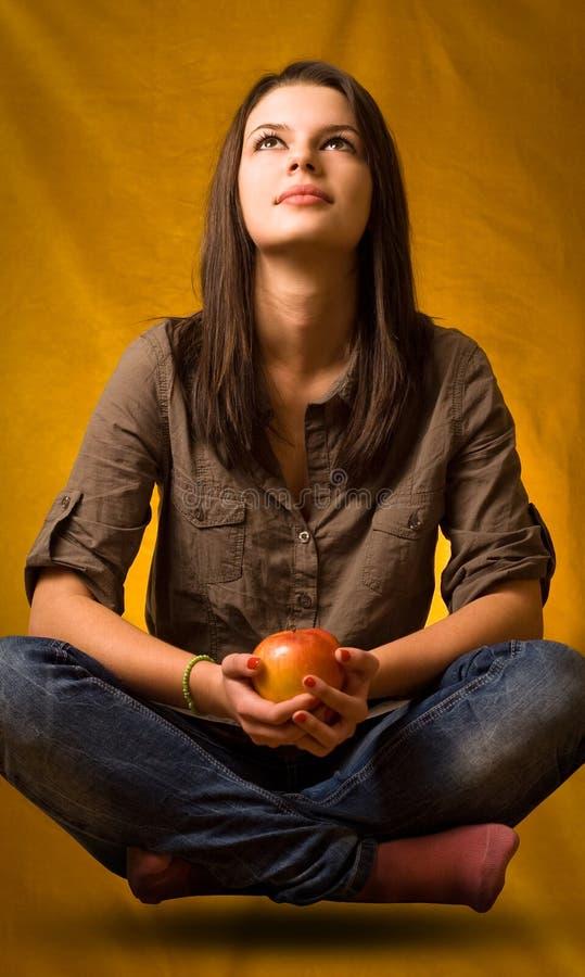 Yogaschweben mit Apfel. lizenzfreie stockfotografie