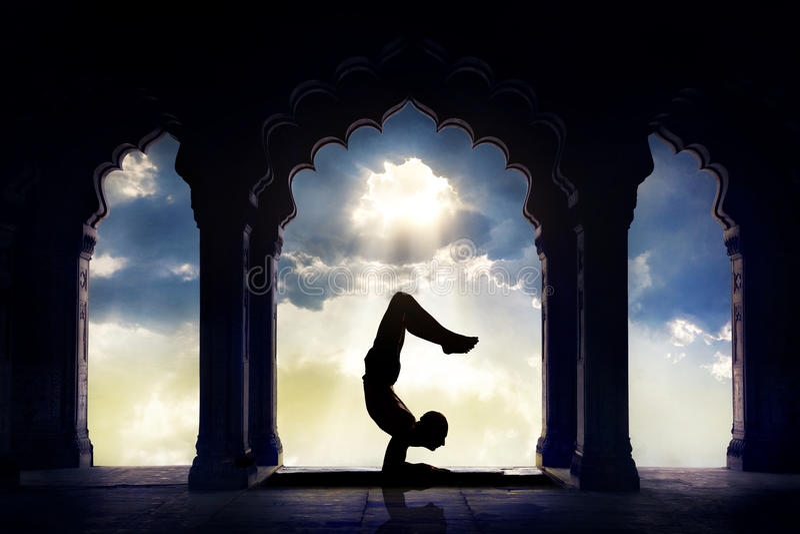 Yogasilhouette i tempel royaltyfri fotografi