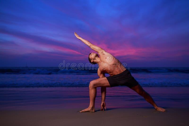 Yogasonnenuntergangstrand stockbilder
