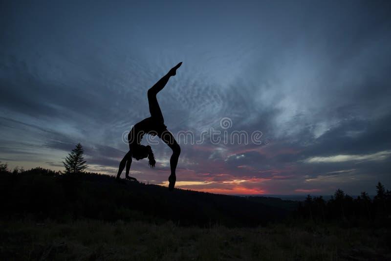 Yogavakman tijdens sunse stock foto