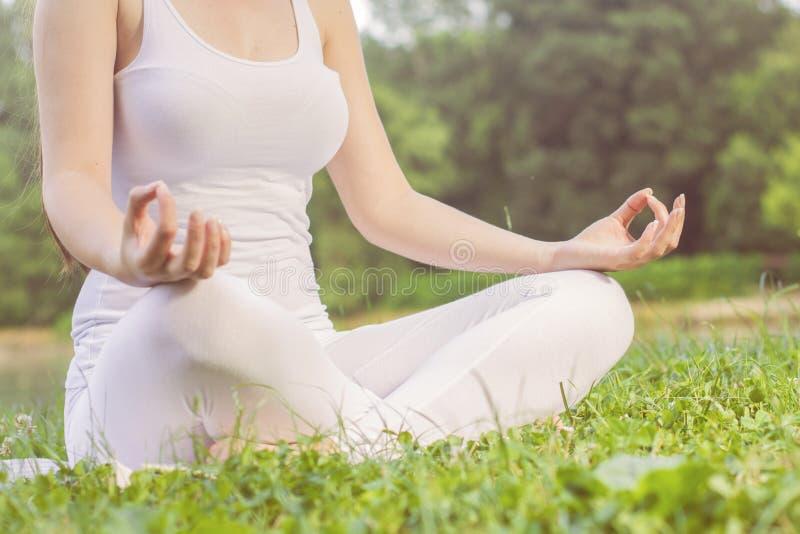 Yogavrouw die Ontspannende Gezonde Levensstijl mediteren stock foto's