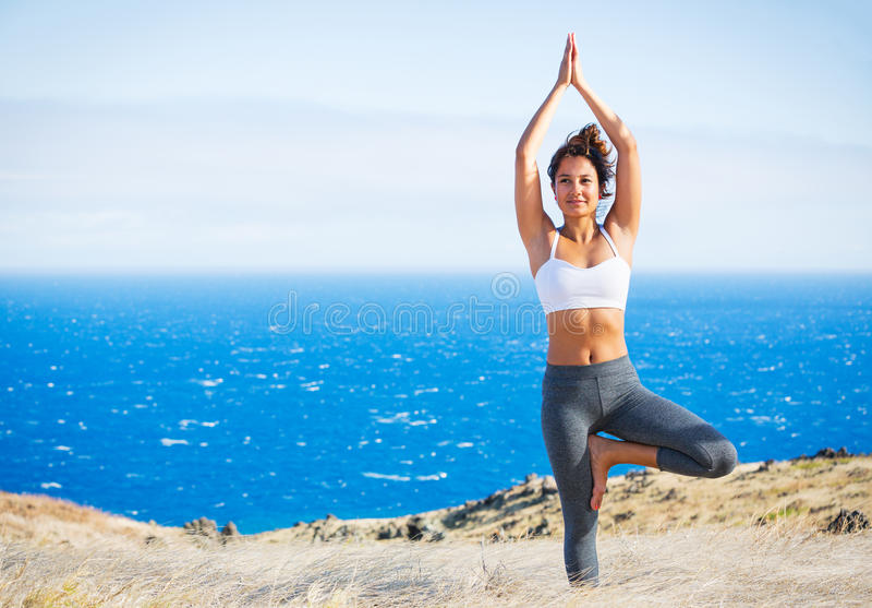 Yogavrouw in een kust stock afbeelding