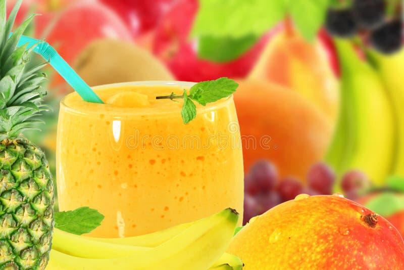 Yoghurt eller milkshake för smoothie för fruktsaft för ananasmangobanan med frukt arkivbilder