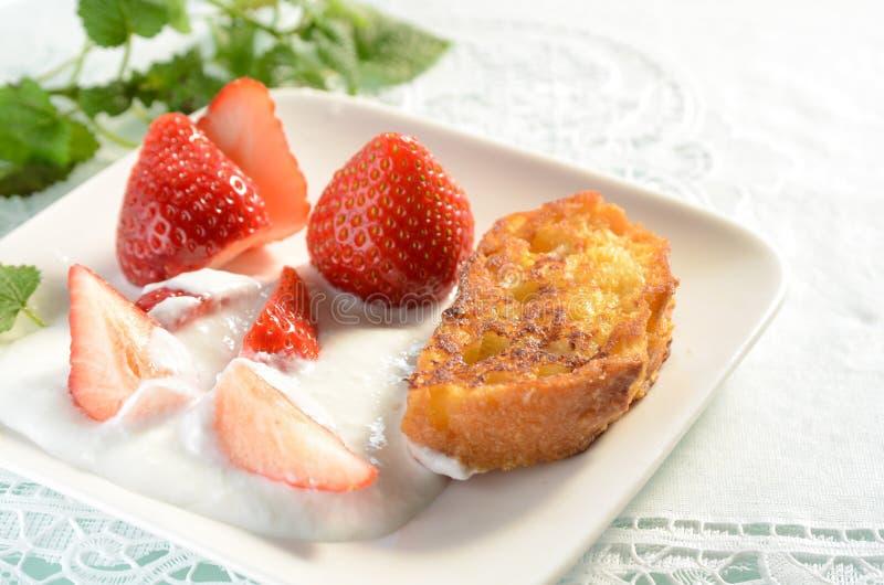Yoghurt för franskt rostat bröd och jordgubbe royaltyfri foto
