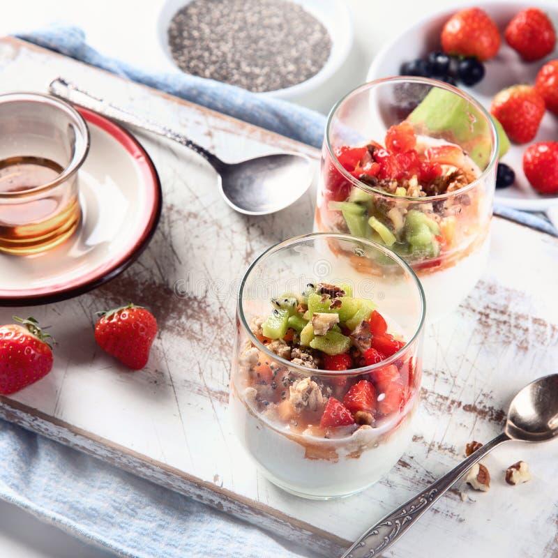 Yoghurt in glas met verse bessen stock afbeeldingen