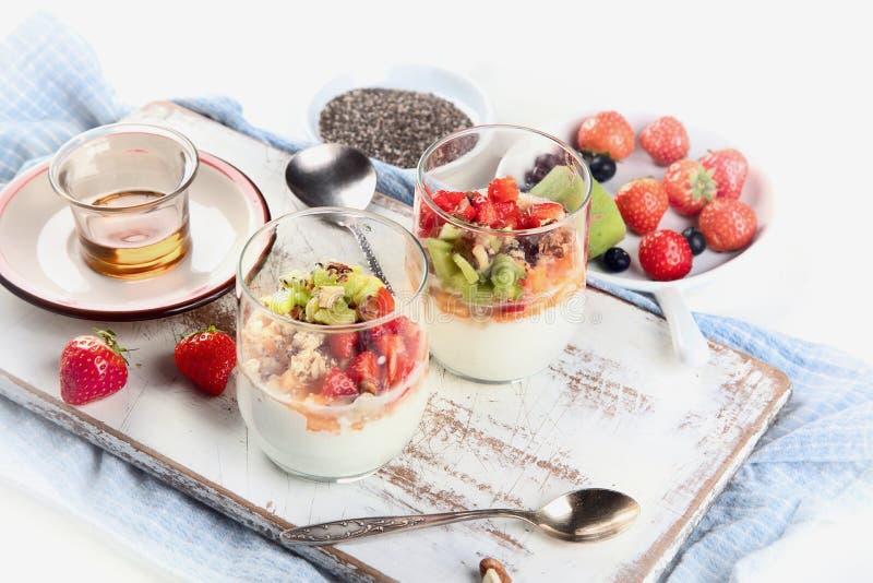 Yoghurt in glas met verse bessen royalty-vrije stock foto