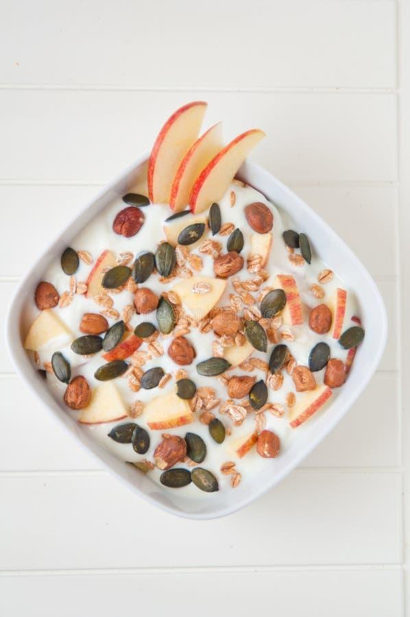 Yoghurt med äpple- och pumpafrö royaltyfria bilder