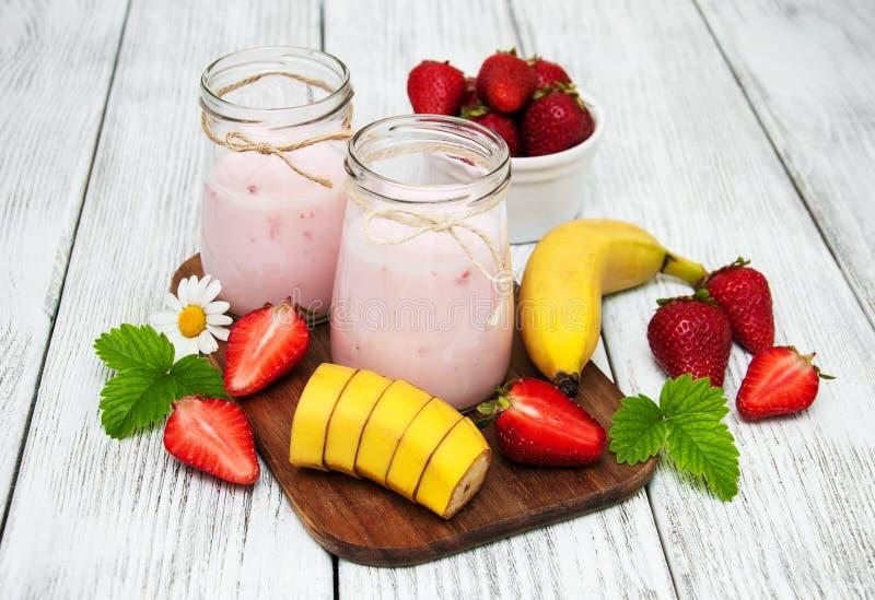 Yoghurt med den nya jordgubbar och bananen royaltyfria foton
