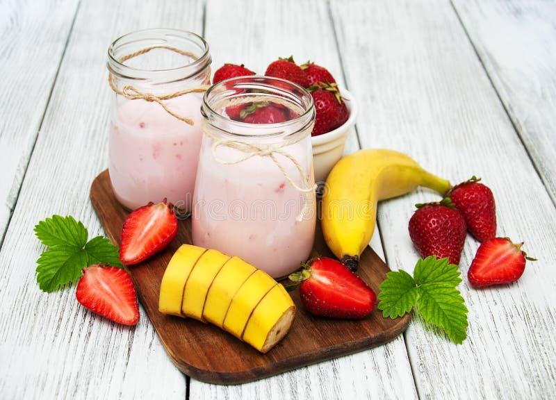 Yoghurt med den nya jordgubbar och bananen arkivfoto