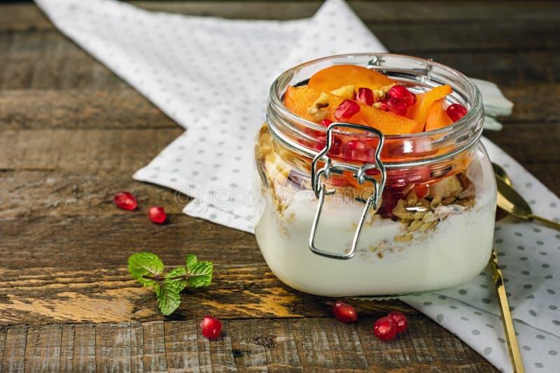 Yoghurt med frukt i en krus arkivbilder