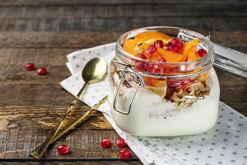 Yoghurt med havre och frukter i en krus royaltyfri fotografi