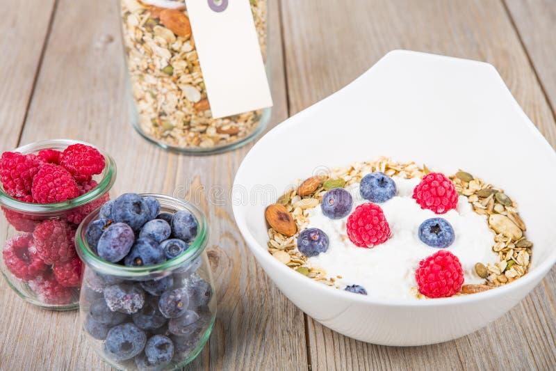 Yoghurt med hem- gjorda sädesslag arkivbilder