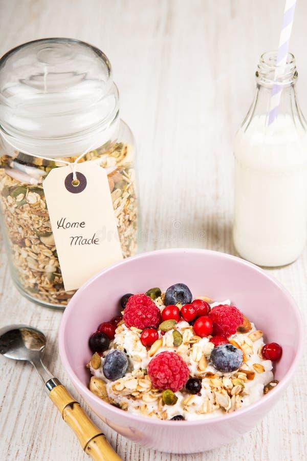 Yoghurt med hem- gjorda sädesslag arkivfoton
