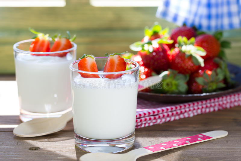 Yoghurt med jordgubbar arkivbild