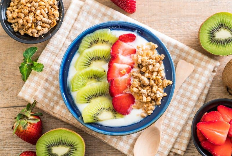 Download Yoghurt Med Jordgubben, Kiwin Och Granola Arkivfoto - Bild av näring, sött: 106831314