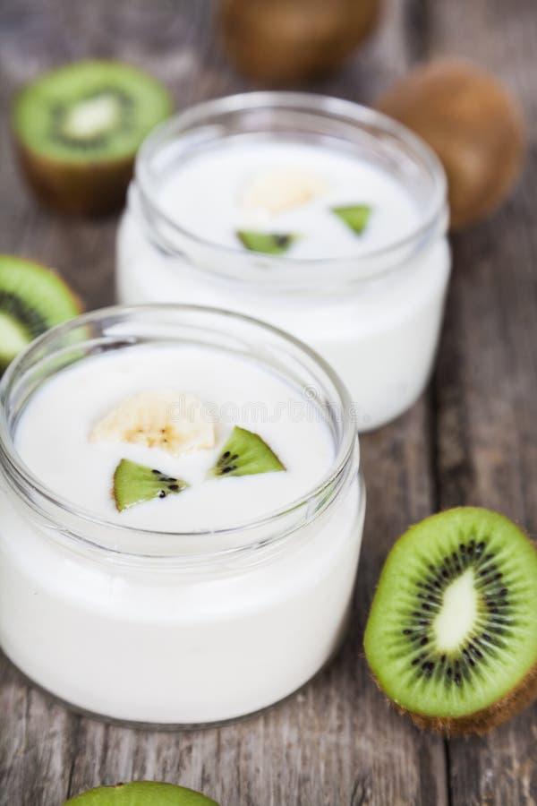 Yoghurt med kiwin arkivfoton